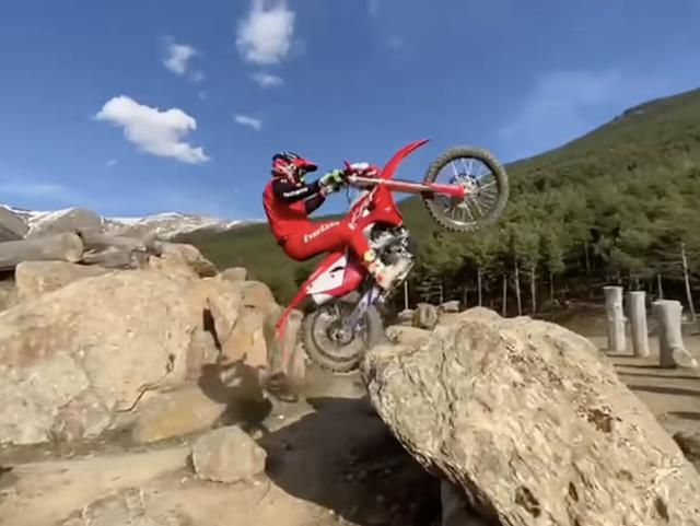 画像: ホンダCRF250RXを操り、ピョンピョンと岩に飛び乗るT.ボウ・・・。まさに「手足のように操る」とはこのことです! www.youtube.com