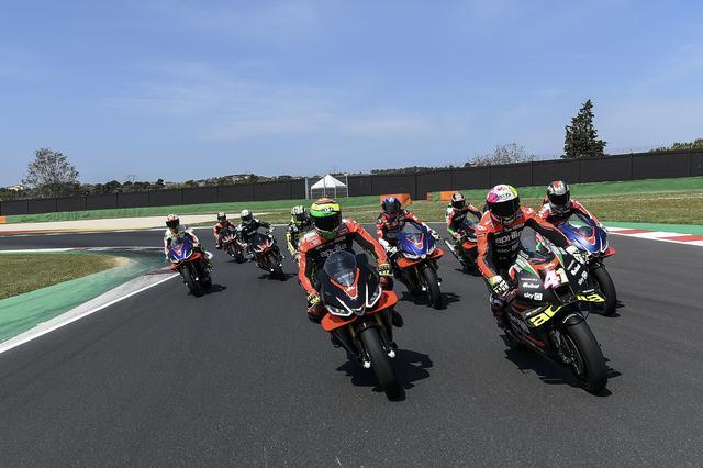 画像: MotoGPマシンの、RS-GPを先頭にパレード走行。 www.aprilia.com