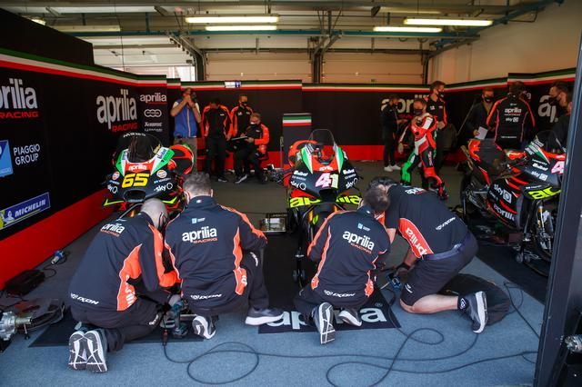 画像: MotoGPマシンが収まるピット。65番を付けた車両は、ロリス・カピロッシが最近彼のコレクションに加えた、2019年型のアプリリアRS-GPです。 www.aprilia.com