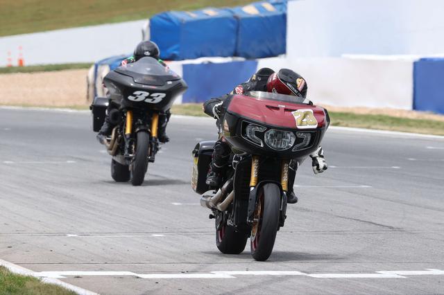 画像: T.オハラ(インディアン)を追うK.ワイマン(ハーレーダビッドソン)。今シーズンのタイトルは、この両者を中心に争われることになるでしょう。 motoamerica.com