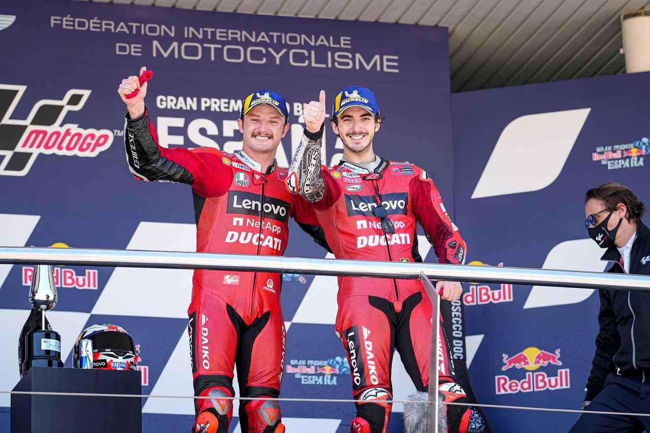 画像: ドゥカティ1-2フィニッシュを喜ぶ優勝のJ.ミラー(左)と2位のF.バニャイア。バニャイアは今シーズン未勝利ですが、着実にポイントを稼ぎスペインGPを終えてランキングトップに浮上しています。 www.ducati.com