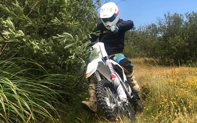 画像: デーモン・モーターサイクルズのスタッフを紹介するブログ記事で、アルタ・モータースのレッドシフトのライディングを披露するジェフ・サンド。9歳からバイクに乗り始めた彼は、こよなくオフロードライディングを愛する人物でもあります。 blog.damon.com