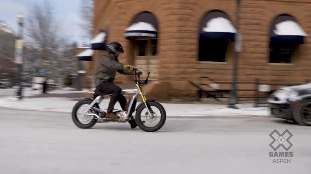 画像: 電動スクーター・プロトタイプに初めて乗る栄誉に浴したのは、X-Gamesホストのジャック・ミトラーニです。 youtu.be