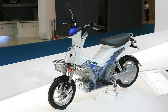 画像: 第二世代のヤマハ製FCV、FC-me(エフシーミー)。気液分離器&ラジエターの下に、セルスタックを搭載。市販された電気コミューターのPassol用をベースにした電気モーターは、後輪に一体化したYIPU(ヤマハ・インテグレイテッド・パワー・ユニット)です。FC-meは車重69kg、最高速40km/h、約100kmの航続距離というスペックでした。 global.yamaha-motor.com