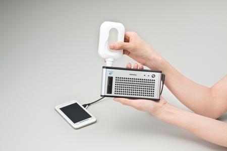 画像: 東芝が2009年10月29日に、3,000台限定で発売したモバイル燃料電池「Dynario(ディナリオ)」。専用の燃料カートリッジから高濃度メタノールを注入し、1回燃料の注入で携帯電話を約2回充電することができました。価格は本体が29,800円、燃料カートリッジ・5本セットが3,150円でした。 www.global.toshiba