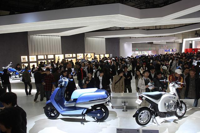 画像: 2007年の第40回東京モーターショーでの、ヤマハブースの展示。右がFC-Dii、左が水素燃料電池車のFC-AQELです。 global.yamaha-motor.com