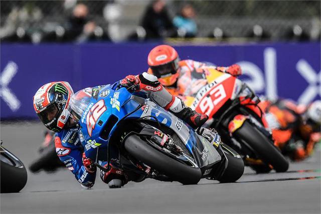 画像: 序盤3位でマシンを変えたアレックス・リンス(スズキ)は、ピットレーンを出た後の4コーナーで転倒。再スタートするものの、14周目の3コーナーで転倒リタイア。なお僚友の前年度王者、ジョアン・ミルも序盤に転倒リタイアに終わっています。 www.suzuki-racing.com