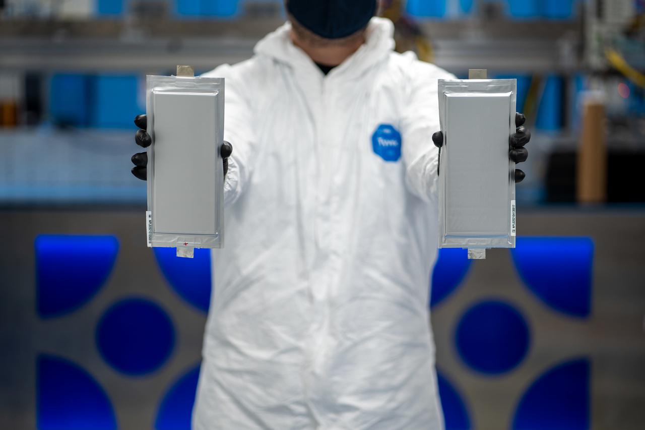 画像: BMWとフォード向けに作られた、ソリッドパワーの20Ah(アンペア/時)の全固体電池セル。このセルはコロラド州にある、ソリッドパワーのパイロット生産ラインで生産されたものです。 www.press.bmwgroup.com