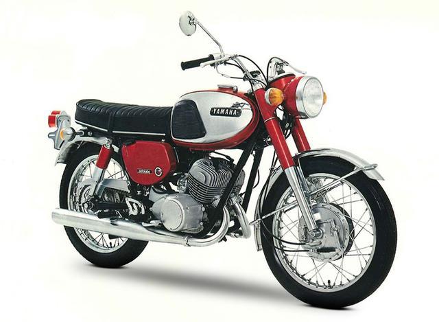 画像: 1967年型ヤマハDS5-E。空冷2ストローク並列2気筒250ccエンジンを搭載するヤマハスポーツの4代目モデルです。 global.yamaha-motor.com