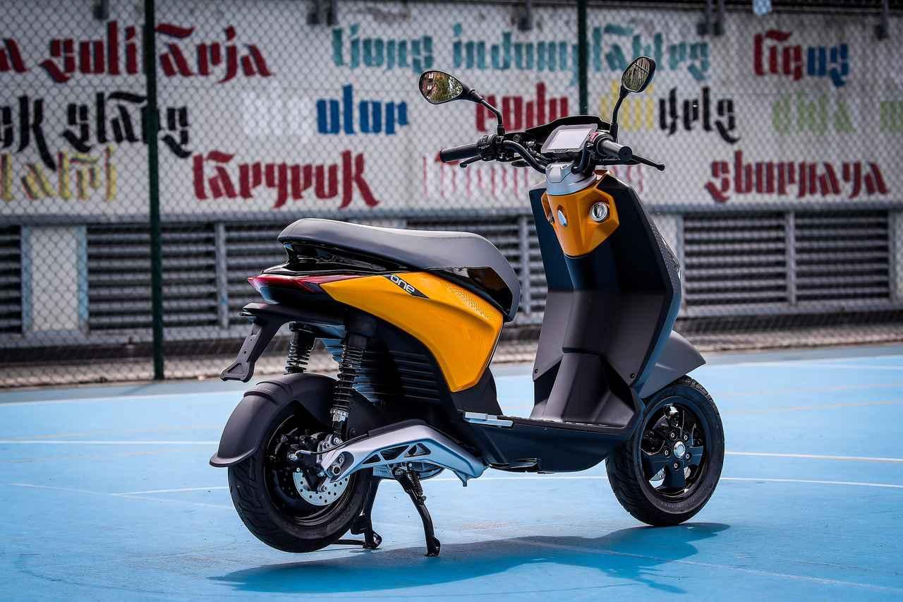 画像: ピアッジオONEはフラットで広いフロアを採用。パッセンジャーのフートレストは、引き出し式になっています。 www.piaggio.com