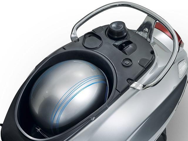 画像: シート下の収納には、ヘルメットをしまうこともできます。 www.vespa.com