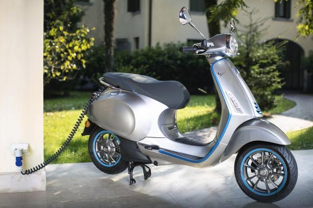 画像: シート下に充電器を備えるため、エレットリカはプラグインで充電が可能です。ちなみに欧州は220〜230V、北米は110〜120Vのコンセントが主流です。 www.vespa.com