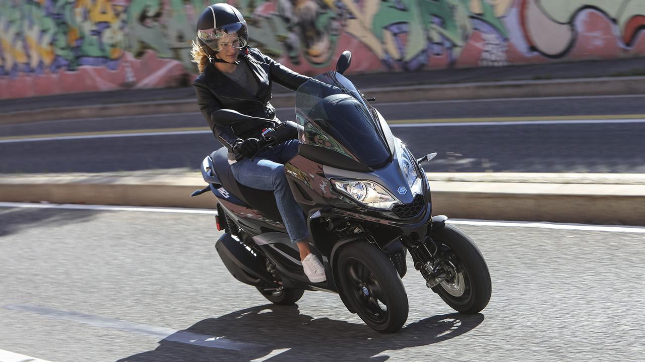 画像: 現行機種の「MP3 300 EURO5」。価格は7,000ユーロ≒93万2,085円です。 www.piaggio.com