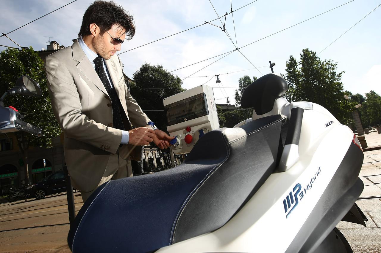 画像: MP3ハイブリッドはプラグインハイブリッドを採用しています。300cc版はCO2排出量を40〜65g/kmに抑えているのが特徴です。なお当時のICEスクーターの、平均的な値は90g/kmでした。 www.piaggiogroup.com
