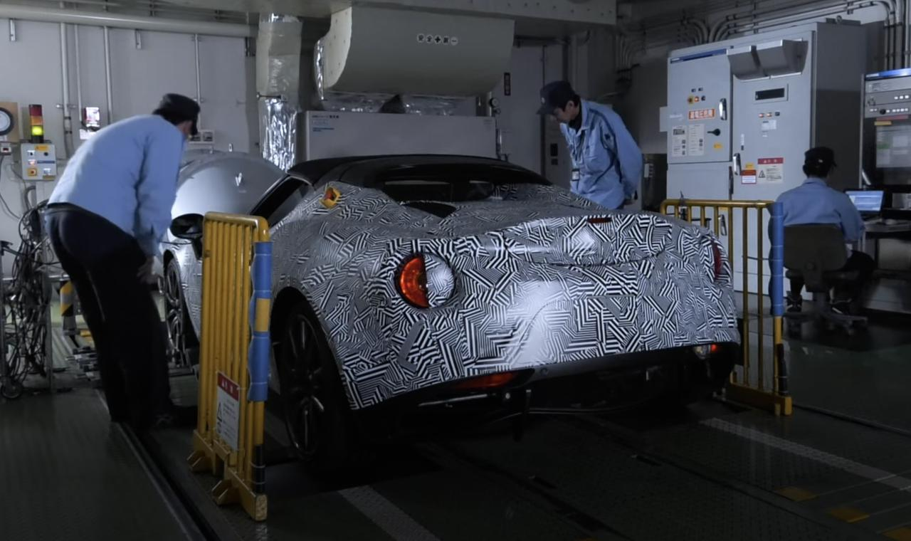 画像: 市販車にヤマハ製EVパワーユニットを搭載した実験車両。テールランプ形状や車体のシルエットから、アルファロメオ4Cのように見えるのですが・・・? youtu.be