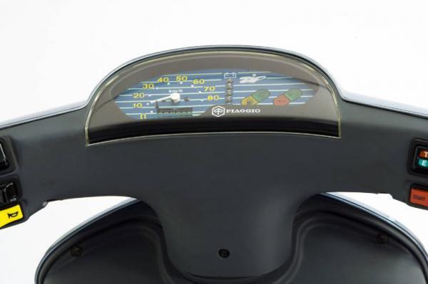 画像: Zip & Zipのメーター。文字盤中央・・・速度計と燃料・オイル・ヘッドライト・方向指示器のインジケーターの間に、バッテリーの充電レベルを示すインジケーターが配置されています。 www.lombardiabeniculturali.it