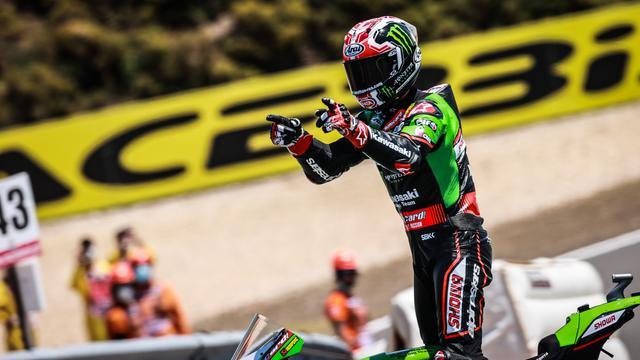 画像: エストリルラウンドの日曜日、スーパーポールレースに続きレース2も制したJ.レイ(カワサキ)。レイに挑むライバルたちは、まず彼と同等以上の「安定感」を身につけないと勝負にならないでしょう・・・。 www.worldsbk.com