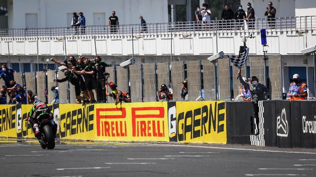 画像: スーパーポールレースで、年間王者争いをするライバルたちとは異なるタイヤを選んで勝利したJ.レイ(カワサキ)。 www.worldsbk.com