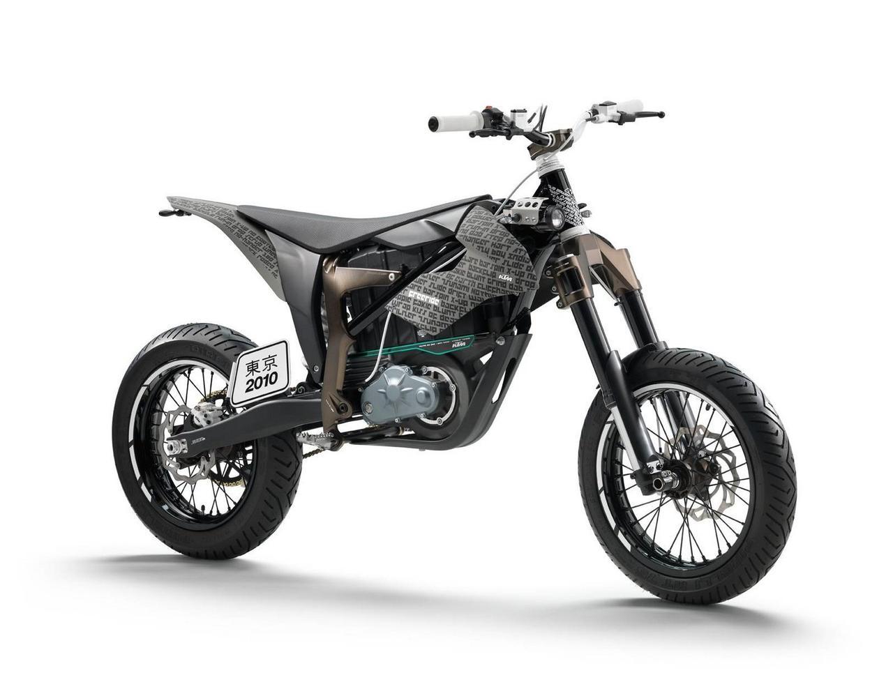 画像: KTM FREERIDE Eの「SM」プロトタイプ。シュラウドやリアフェンダーに記されているのはBMXのトリック名であり、BMX用のような構造のWP製フロントフォークがその特徴でした。 press.ktm.com