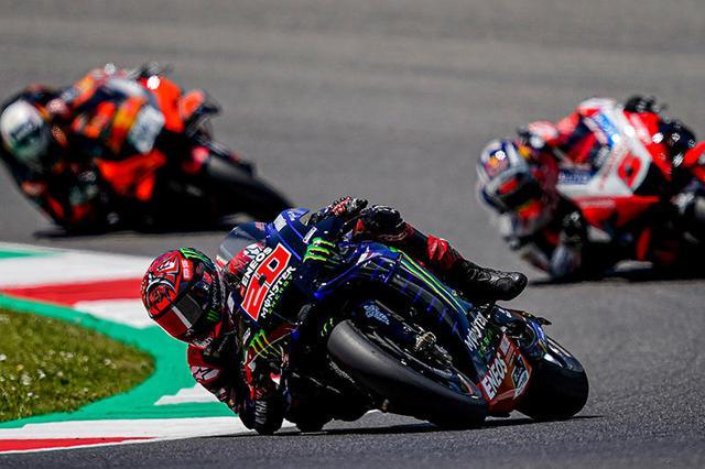 画像: J.ザルコ(ドゥカティ、右)とM.オリベイラ(KTM、左)をしたがえ、先頭を走るF.クアルタラロ(ヤマハ)。 race.yamaha-motor.co.jp