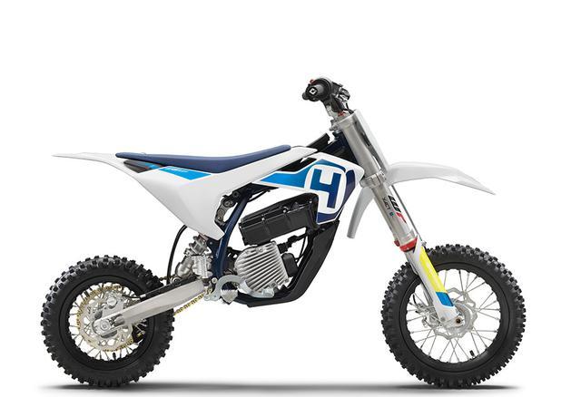 画像: ハスクバーナ EE 5は、おなじみの白い車体。シュラウドの形状が、KTM SX-E 5とちょっと違いますね。 www.husqvarna-motorcycles.com