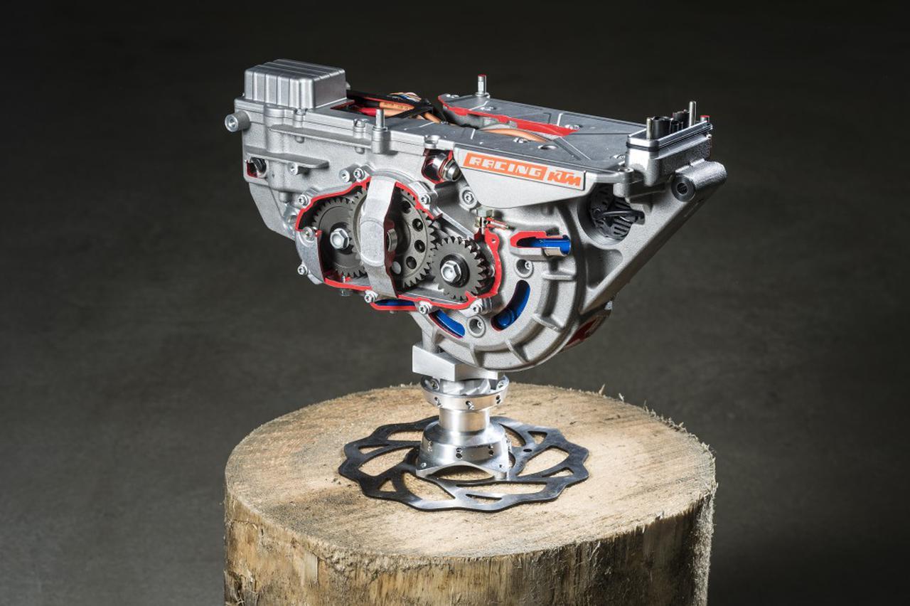 画像: 電動モーターは、ディスクアマチュア方式の永久磁石式同期モーター。最高出力は22 kW(30hp)/6,000rpmです。 blog.ktm.com