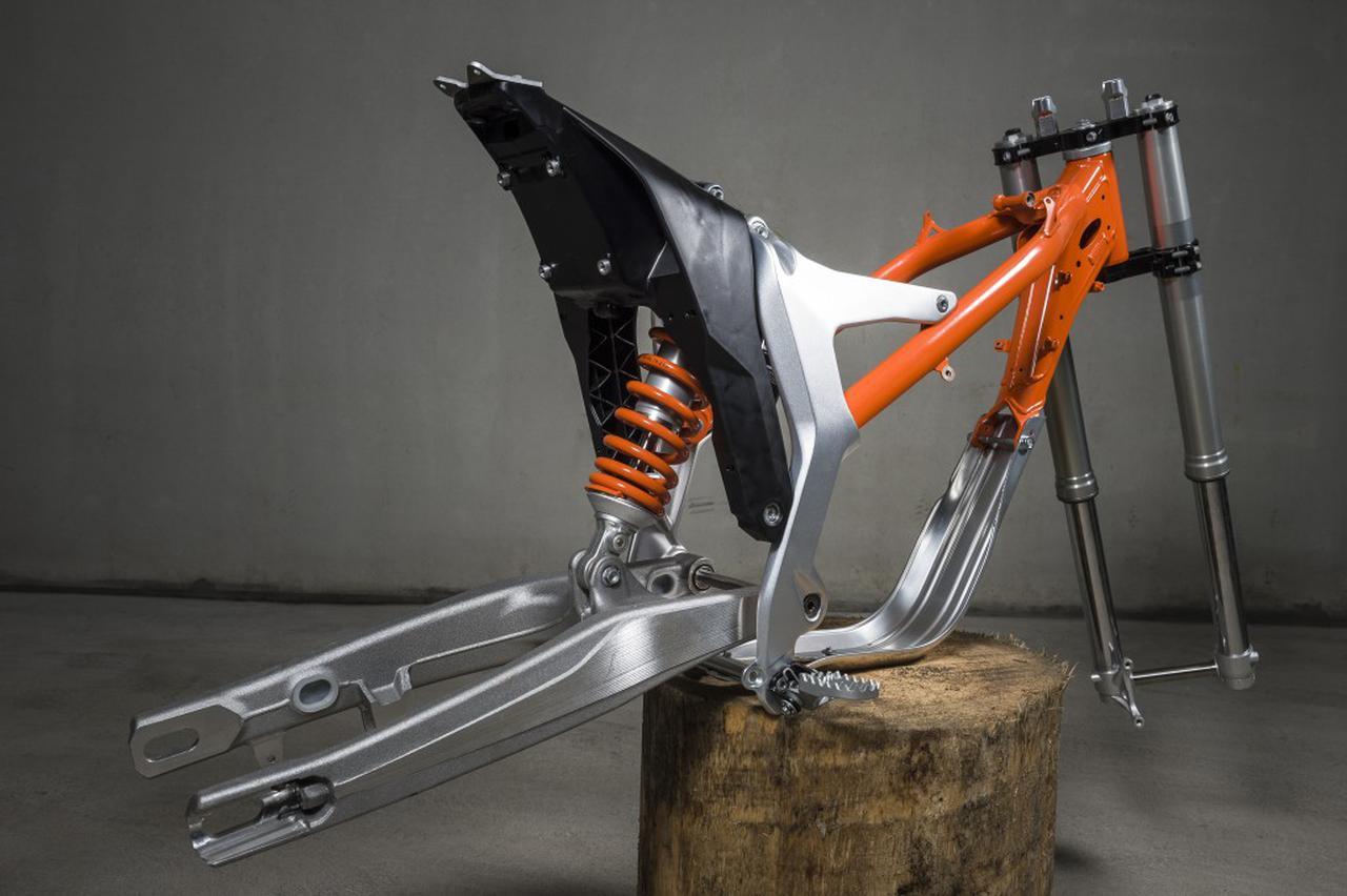 画像: ペリメター・スチール/アルミ合金のコンポジットフレームを採用。リア側サブフレームは、高強度ポリイミド/ABSプラスチック製です。 blog.ktm.com