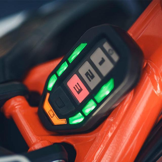 画像: ステアリングヘッド後ろに配置されたインジケーター。3つ走行モードとバッテリー残量を表示します。 www.ktm.com