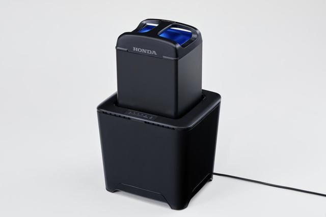 画像: ホンダモバイルパワーパックは車体から取り外し、専用充電器で充電できます(単相100V)。 www.honda.co.jp