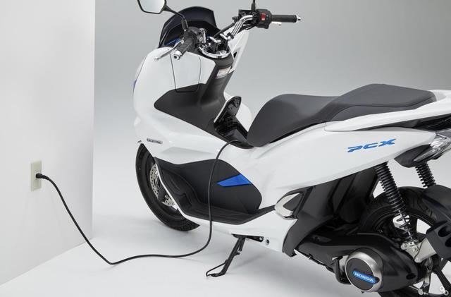 画像: PCX ELECTRICは、ホンダモバイルパワーパックを車体から取り外さずに、充電することも可能です。 www.honda.co.jp