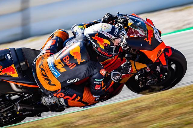 画像: 決勝レース後、カタルニアで行われたテストを走るM.オリベイラ(KTM)。この日は首位タイム=1分39秒4のマーベリック・ビニャーレス(ヤマハ)よりコンマ636秒遅い9番手タイムでしたが、新たに試した仕様の評価などで好感触を得ることができた満足いくテストだったようです。 press.ktm.com