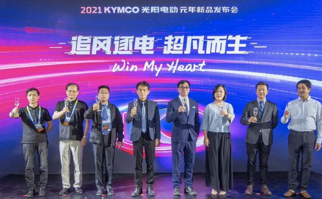 画像: 「北京国際モーターサイクル展示会2021」での、「アイオネックスEVリーグ」の発足式セレモニーの一葉。右からFELOテクノロジーズCEOのであるチャン・ジンイーと、スーパーSOCOのCEOのシャーマン・シェ。 www.kymco.com