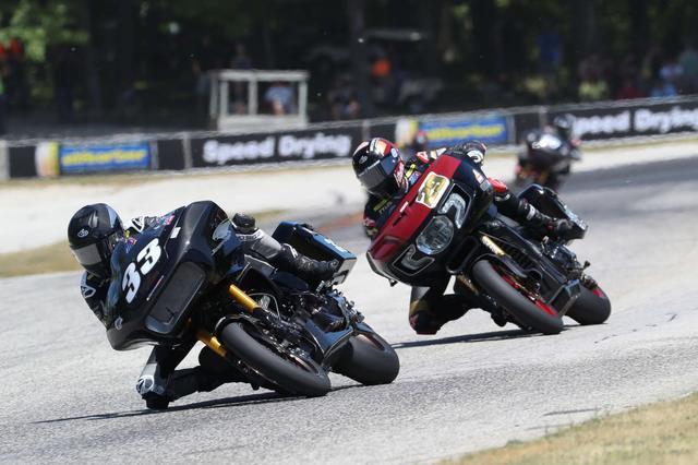 画像: カイル・ワイマン(ハーレーダビットソン)に迫るタイラー・オハラ(インディアン)。この2人の熱いバトルが、レース序盤から続きました。 motoamerica.com