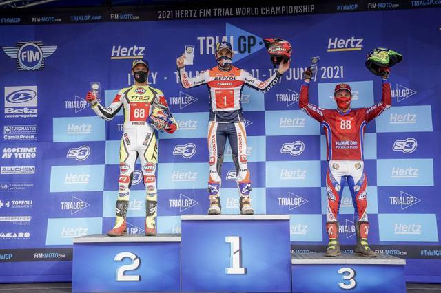 画像: イタリア初日の表彰台。左から2位のA.ラガ(TRRS)、優勝のT.ボウ(ホンダ)、3位M.グラタローラ(ベータ)。 honda.racing