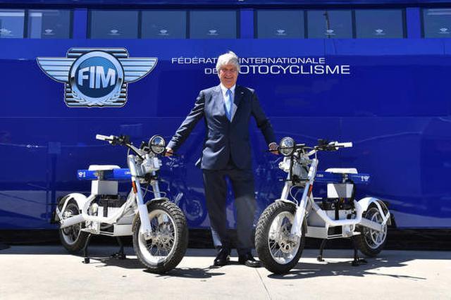画像: FIMのプレジデント、ホルヘ・ビーガスと、CAKEの電動コミューター「Ösa=オサ」。 www.fim-moto.com