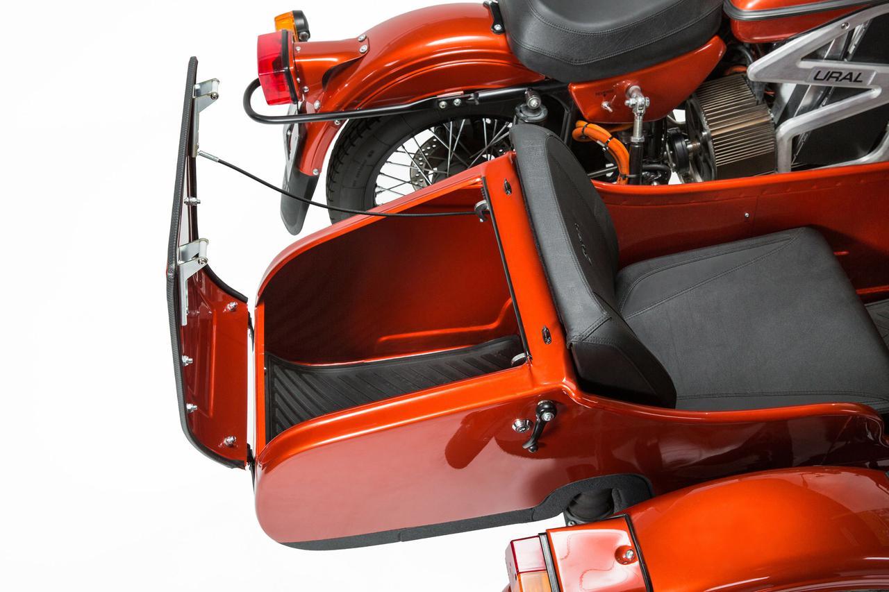 画像: ウラルサイドカーの魅力のひとつは、側車側に荷物を一杯積めることでしょう。電動試作車は、側車のシート下に動力用バッテリーを搭載しているので、側車のトランクは既存のICE搭載版同様にフル活用できます! www.imz-ural.com