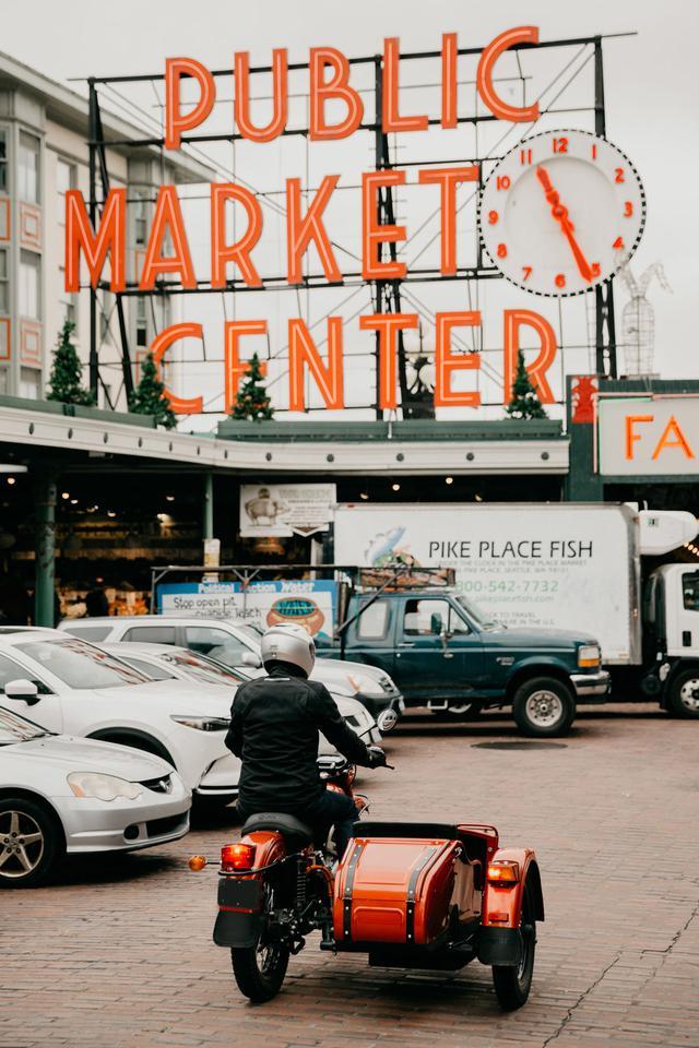 画像: アメリカ・ワシントン州シアトルの観光名所、パブリック・マーケット・センターを駆けるウラル電動試作車。 www.imz-ural.com