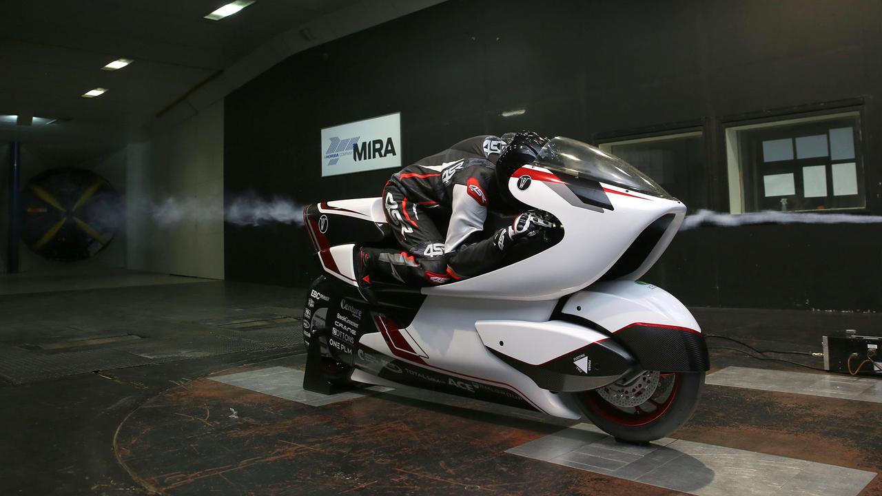 画像: 戦後に創設され、多くの英国2&4メーカーのマシンの空力性能向上に貢献したMIRA=モーター・インダストリー・リサーチ・アソシエーションの風洞でテストを受けるWMC250EV。 whitemotorcycleconcepts.com