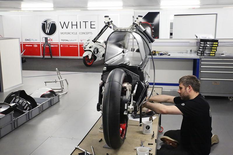 画像: V-AIRはカーボンファイバーで構成されており、アルミ合金削り出しのロアシャシーの上に載る構造になっています。ロアシャシーにはリチウムイオンのバッテリーパックと、コントローラー類などが搭載されています。 www.flickr.com