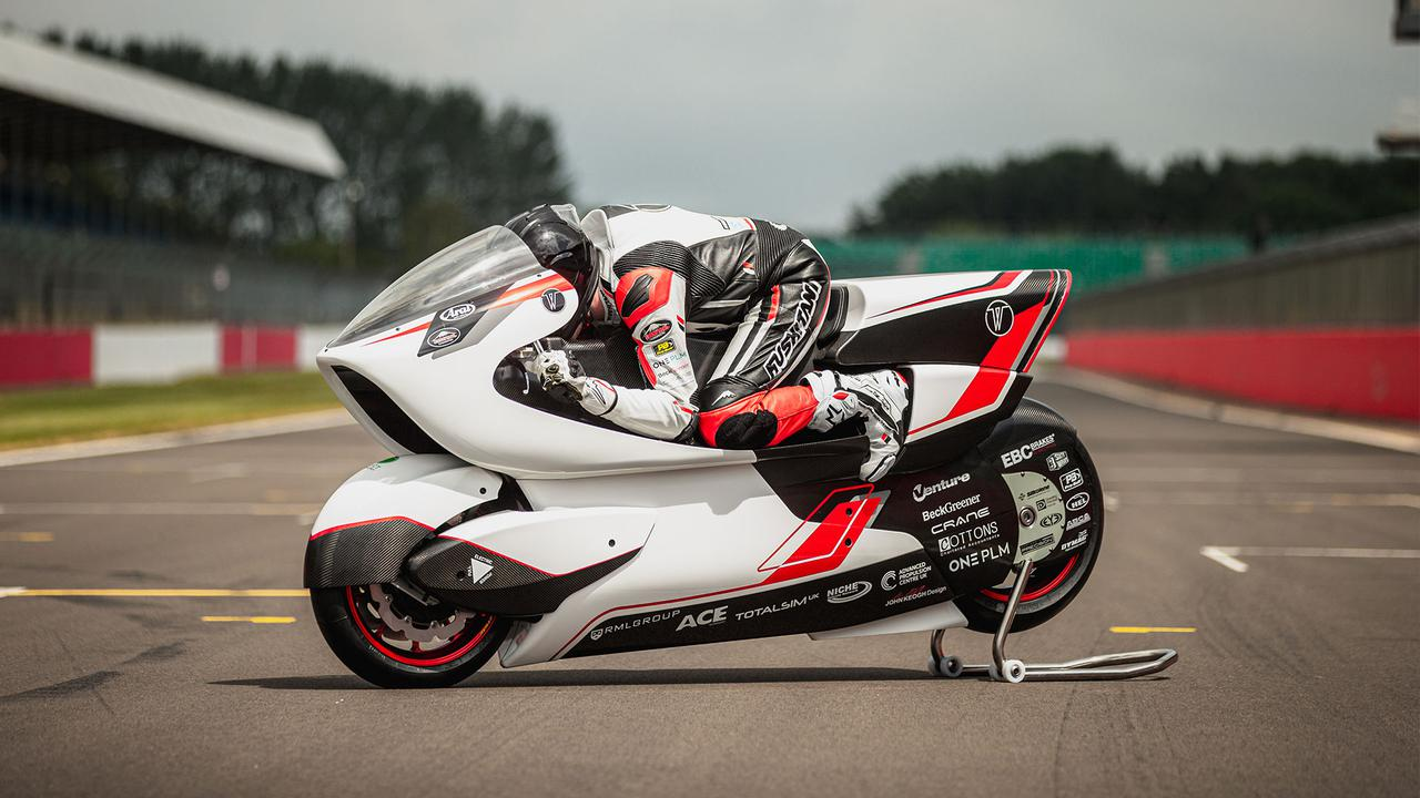 画像: V-AIRは車体の前面投影面積を大幅に削減させるだけでなく、フロント側に発生する揚力を大幅に削減する効果も発揮します。そしてドラッグ(抗力)を増加させるウィングレットを使わなくても、前輪荷重を増すことを可能にしています。 whitemotorcycleconcepts.com