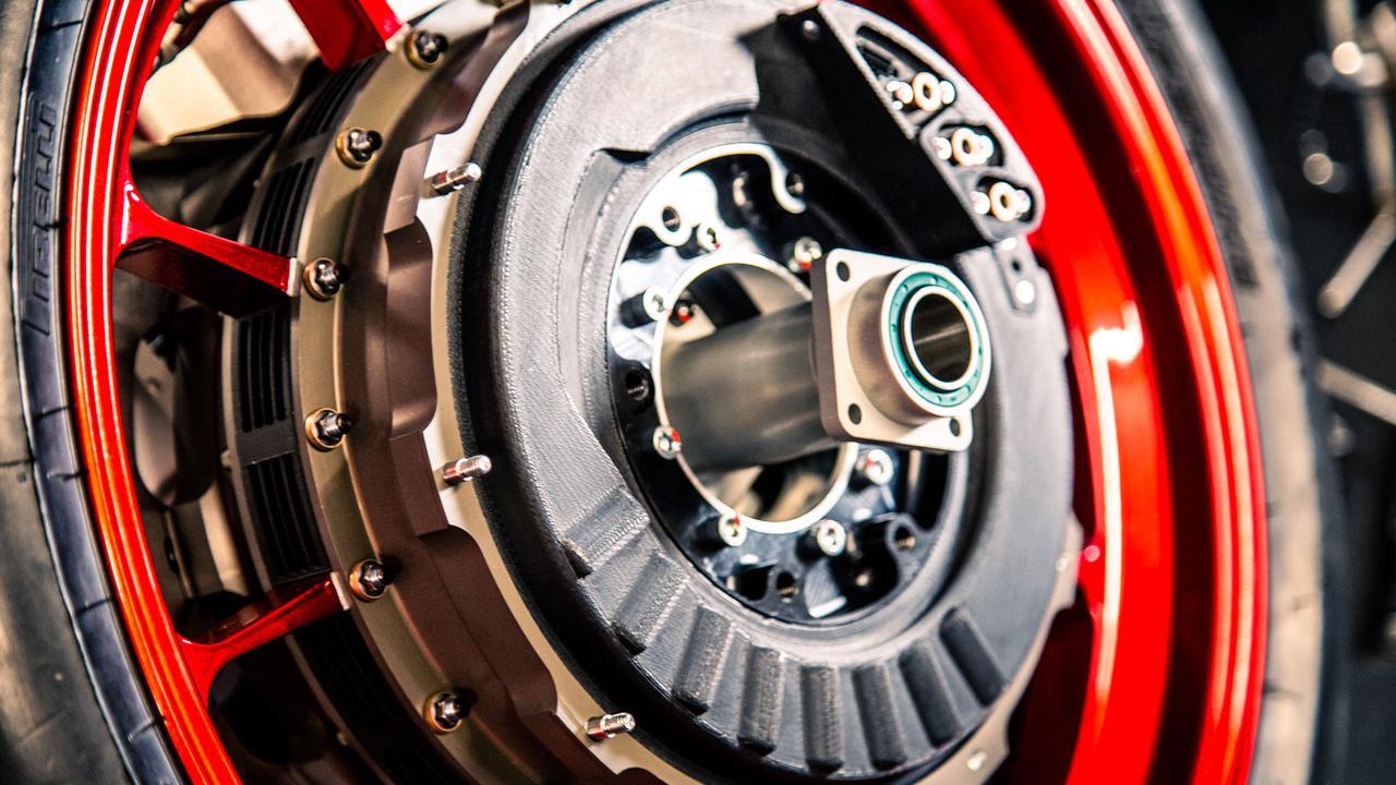 画像: WMC250EVのフロントホイール。2つのホイールインモーターが組み込まれています。 whitemotorcycleconcepts.com
