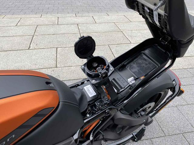 画像: 日本仕様のライブワイヤーは、200Vコンセント(付属のケーブルを使用)、J1772、そしてCHAdeMO規格で充電をすることができるので、充電するシチュエーションで困ることは稀でしょう。なお、CHAdeMOでの充電に要する時間は、0から100%充電で1時間です。 www.autoby.jp