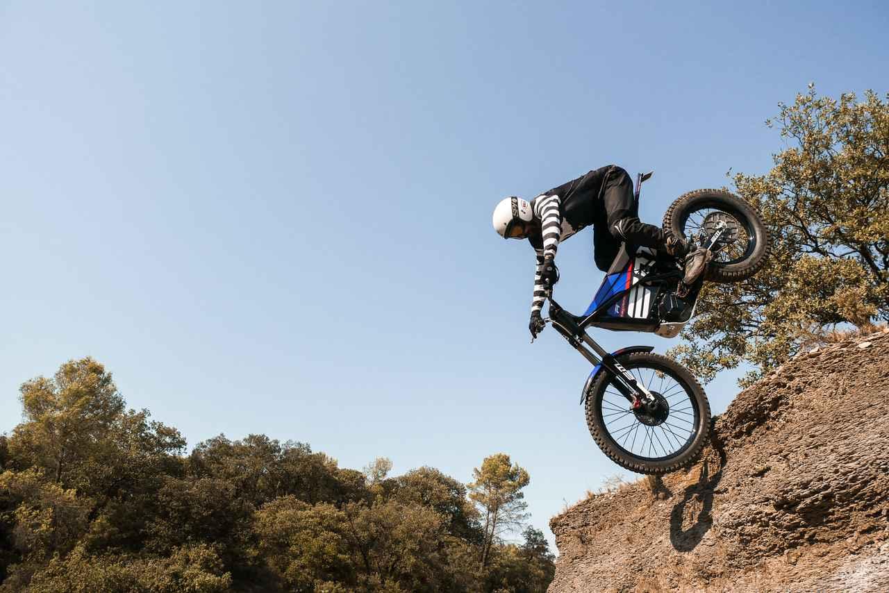 """画像: エスケープシリーズの最強バージョン、""""R""""には、トライアルマシンのEM イーピュア・レース同様、油圧ダイアフラムクラッチが採用されています。 www.electricmotion-usa.com"""