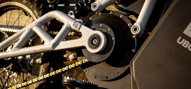 画像: 水冷ブラシレスモーターは回生機能を有しており、制動時に最大10%の回生が可能です。スイングアームピボットと出力軸は同軸レイアウトになっています。 www.ubcobikes.com
