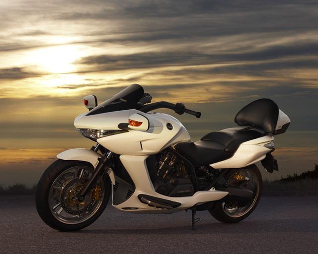 画像: 2008年3月にホンダがリリースした「DN-01」は、680ccの水冷4ストロークV型2気筒OHC4バルブエンジンに、油圧機械式無段変速機=HFTを組み合わせていました。当時の価格は1,239,000円(税込)でした。 www.honda.co.jp