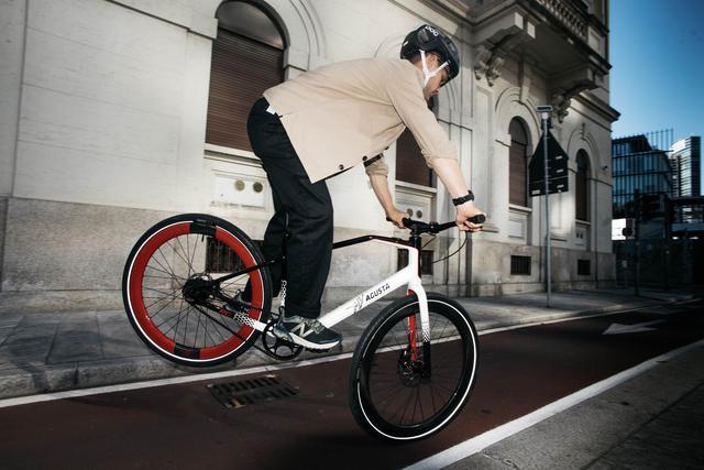 画像: MVアグスタが新たに手がける電動自転車「AMO」シリーズ。なおAMOとは、英語で「I LOVE」を意味するイタリア語です。 www.mvagusta.com