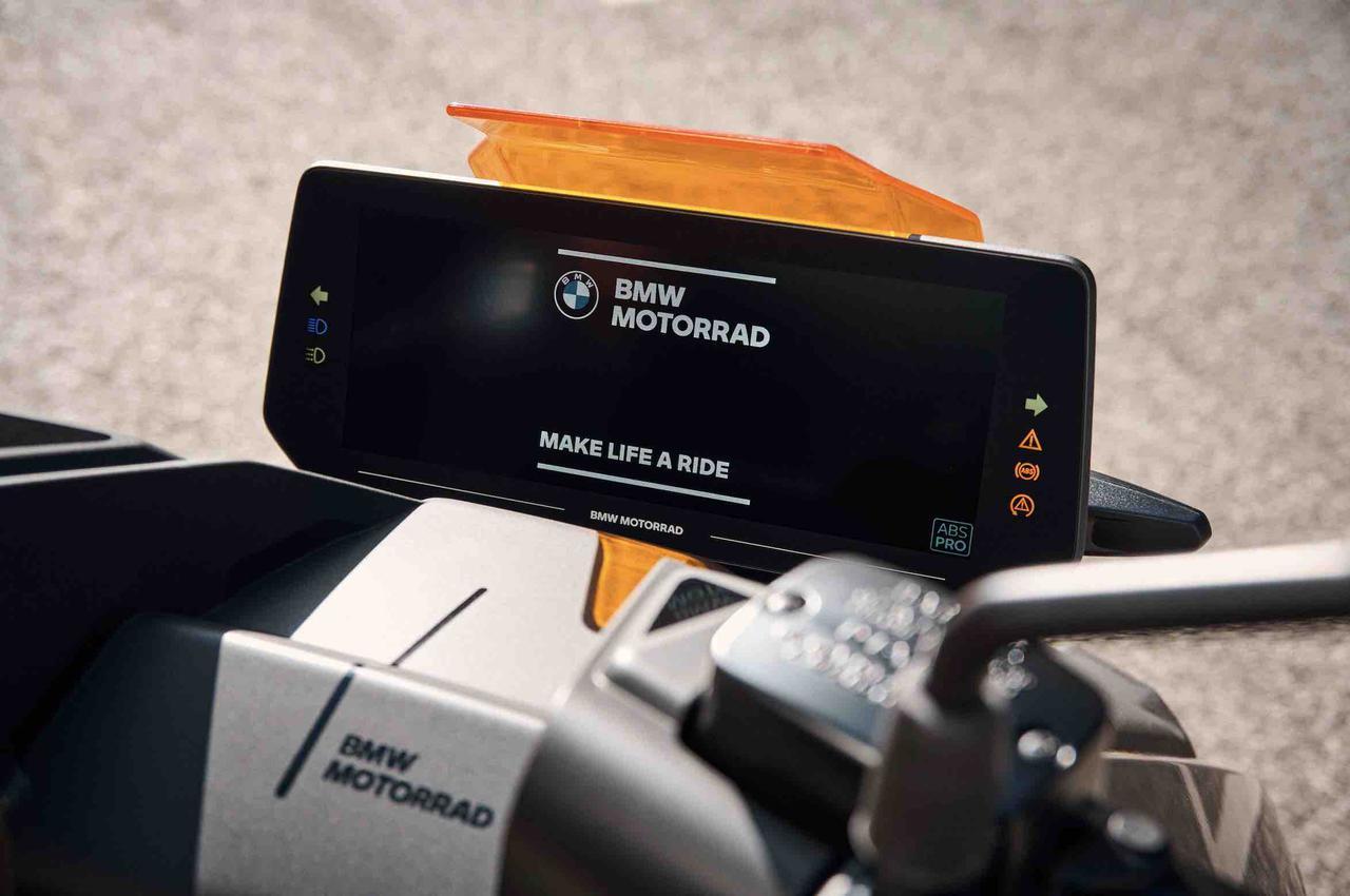 画像: メーターには10.25インチTFTのスクリーンを採用。バッテリー状態や走行モードなどの情報を、乗り手に提供します。 www.bmw-motorrad.com