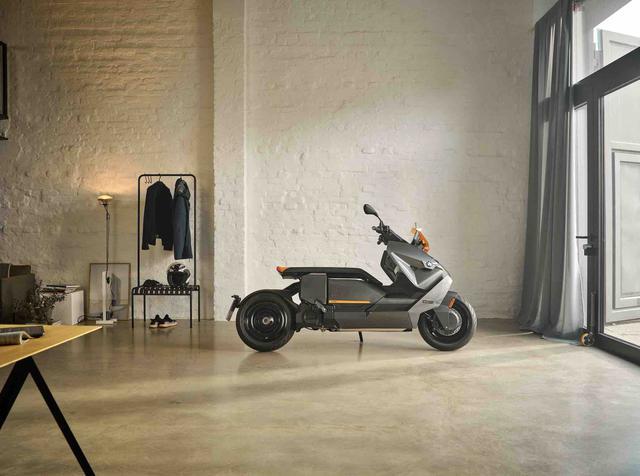 画像: ガソリン臭くなく、クリーンなCE 04ならば自宅の部屋を保管場所にできる? しかし、CE 04はかな〜り長い2輪車なので、かなり大きな部屋のある豪邸の持ち主でないと・・・それは無理かもしれません(苦笑)。 www.bmw-motorrad.com
