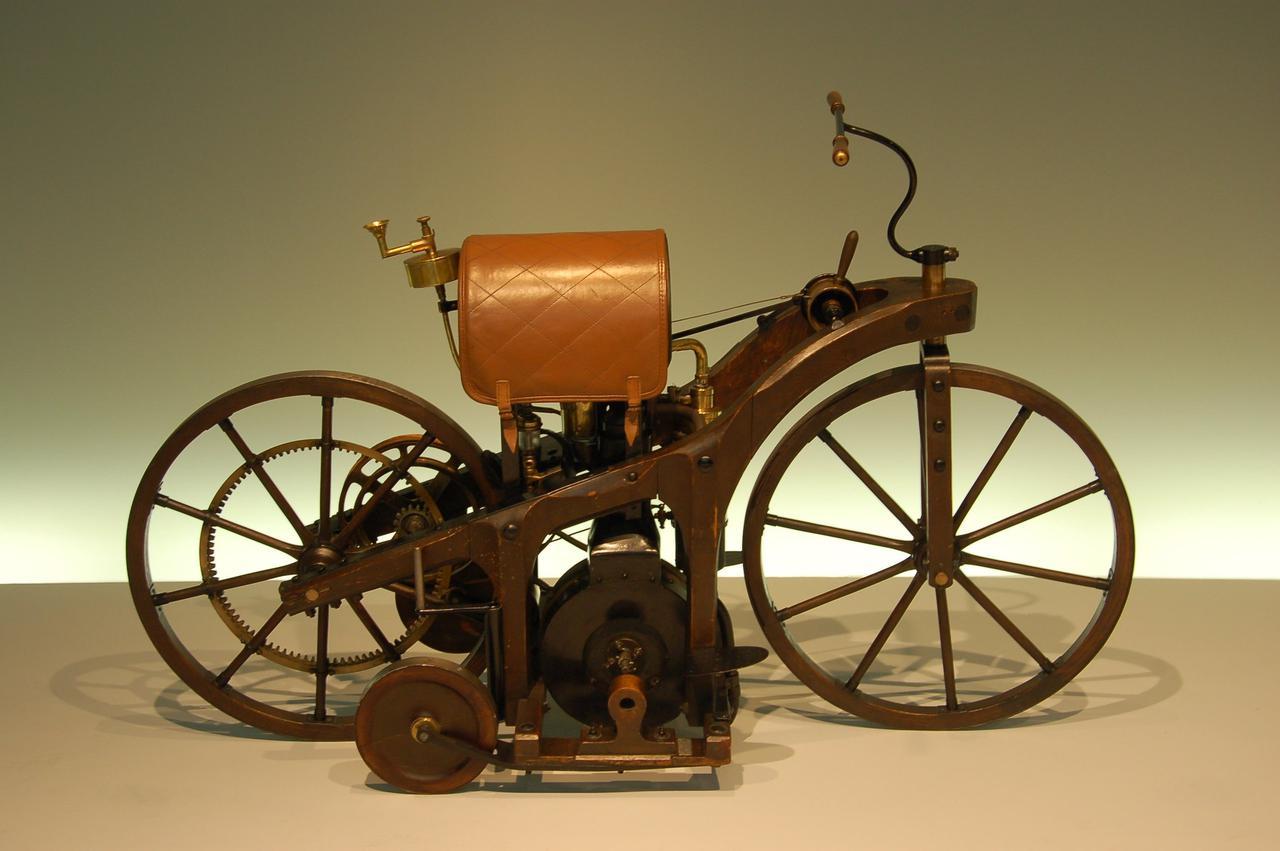 画像: ドイツ・シュトゥットガルトのメルセデス-ベンツ博物館所蔵の、リートワーゲンのレプリカ。1885年に完成したリートワーゲンに搭載される空冷4ストローク単気筒264cc(58×100mm)の最高出力は0.5 hp (0.37 kW)/600rpmで、その最高速は11km/h・・・でした。 en.wikipedia.org