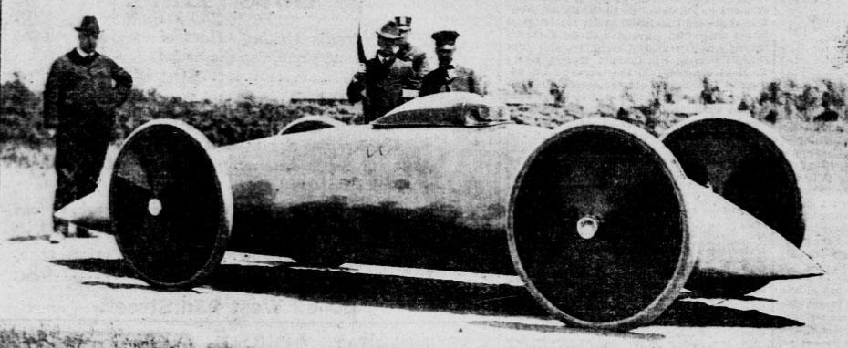 """画像: 1902〜1903年の間、米国オハイオ州のウォルター・ベーカーが作った速度記録用EV、""""トルペード""""。この手の速度記録車としては初めてストリームライナーボディを採用し、シートベルトを初採用した自動車としても歴史に名を残しています。なおベーカー・モーター・ビークル社の乗用EVは、発明王トーマス・エジソンが最初に購入した自動車でもあり、1906年には年800台を販売することで、当時世界最大のEVメーカーであると高らかに宣伝していました。 de.wikipedia.org"""